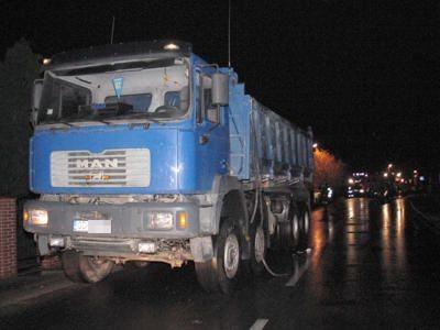 Z boku ciężarówki coś wystawało, co zahaczyło o busa