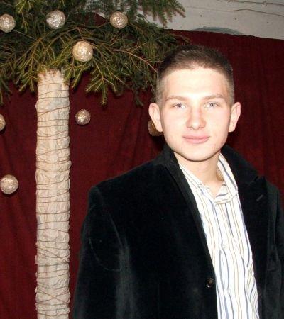 Grzegorz Roman przy palmie bożonarodzeniowej