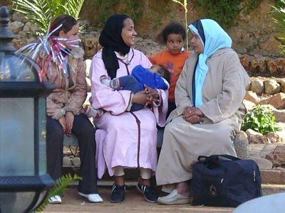 Kobiety w miejskim parku w Fezie