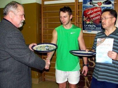 Nagrody tenisistom wręczał przewodniczący Rady Powiatu Karol Stasik