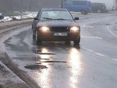 Niektórzy kierowcy próbują omijać dziurawy odcinek drogi