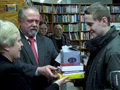 Adam Stasiak otrzymuje nagrodę z rąk Janiny Bany-Kozłowskiej i Karola Stasika