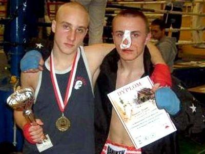 Dominik Zadora (po lewej) po wygranej walce