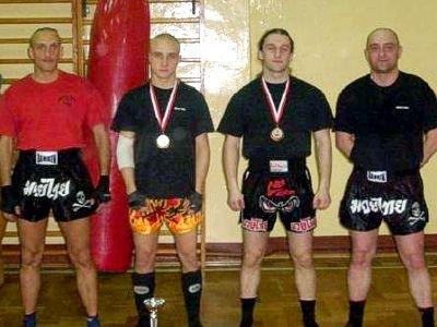 Zawodnicy i trenerzy Bolesławieckiego Klubu Muay Thai. Drugi z lewej: Dominik Zadora