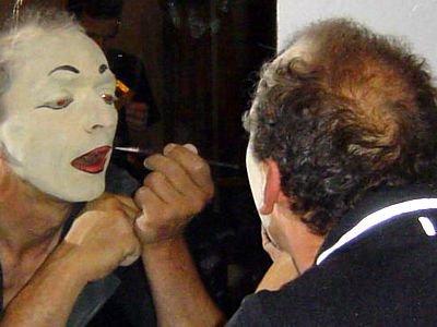 Bogusław Nowak przygotowuje się do spektaklu