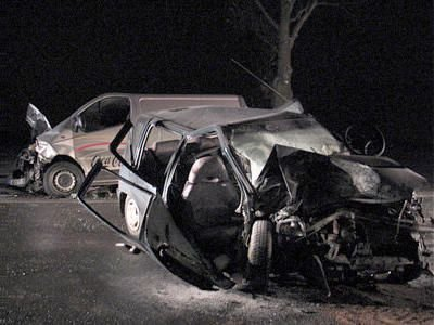 Przód Daewoo Tico został doszczętnie zniszczony. W tle samochód dostawczy