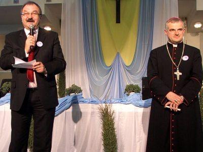 Cezary Przybylski i ks. biskup Marek Mendyk