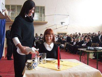 Młodzi ludzie pokazali, w jaki sposób należy obsługiwać gości