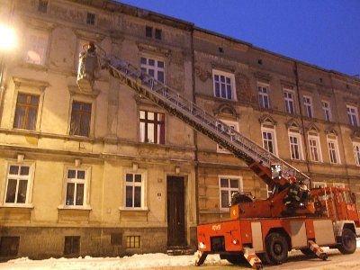 Wieczorem strażacy usuwali sople na budynku przy ul. Karola Miarki