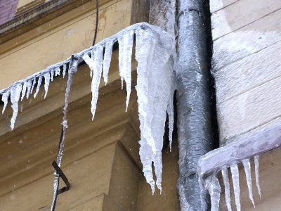 Sople lodu na budynku przy ul. Mickiewicza
