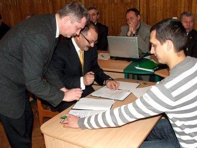 Umowę podpisali: Dariusz Kwaśniewski, Cezary Przybylski i Paweł Apanasewicz