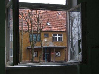Przez to okno włamywacz dostał się do budynku szkoły