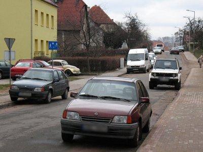 Kierowcy parkują po obu stronach ulicy