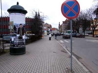 Znak zakazu przy skrzyżowaniu z ulicą Polną