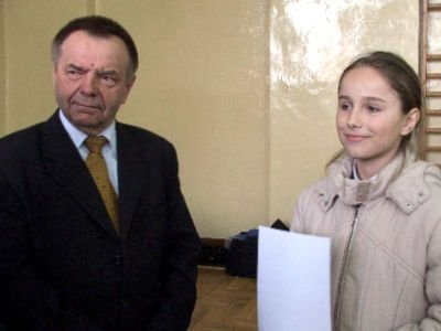 Laureatka Anna Gołębiowska i wicestarosta Stanisław Chwojnicki
