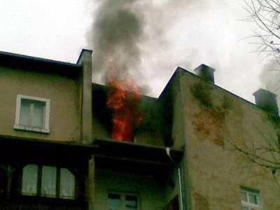 Ogień wybuchł w mieszkaniu na ostatnim piętrze kamienicy przy ulicy Karola Miarki