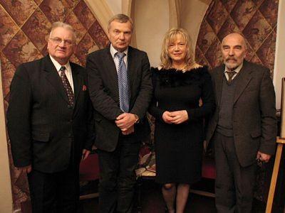 Organizatorka spotkania Józefa Witas ze swoimi gośćmi: Tadeuszem Samborskim, Wojciechem Piotrowiczem oraz Rimantasem Šalną