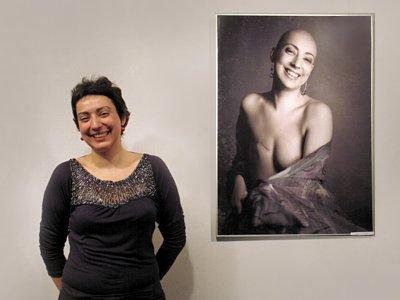 Monika Podwysocka przy fotografii z wystawy