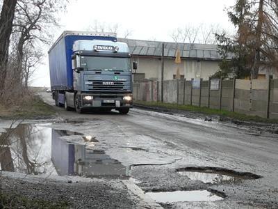 Samochody ciężarowe niszczą drogi w Gierałtowie