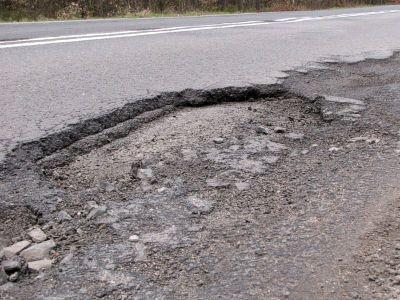 Dziury w jezdni utrudniają życie kierowcom
