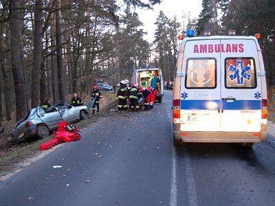 W wypadku ucierpiały trzy osoby. Stan jednej z nich jest ciężki.