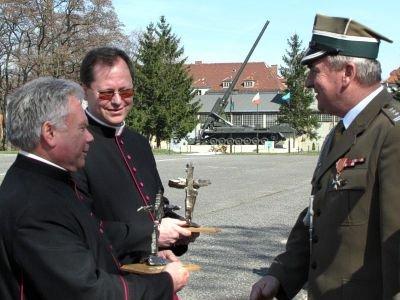 Ks. dziekan Stanisław Kusik, ks. dziekan Andrzej Jarosiewicz i płk Roman Kłosiński