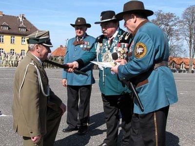 Europejski Król Kurkowy pasuje płka Kłosińskiego na artylerzystę czarnoprochowego