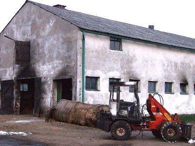Budynek gospodarczy i spalona ładowarka