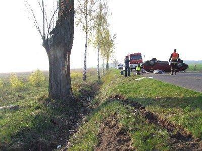 Kierowca stracil panowanie nad pojazdem, uderzył w drzewo i dachował