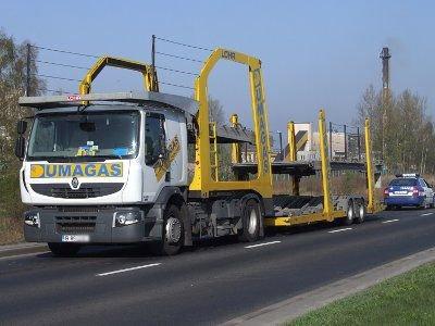 Renault, o którego otarła się Scania, ma urwane lusterko i przerysowany bok