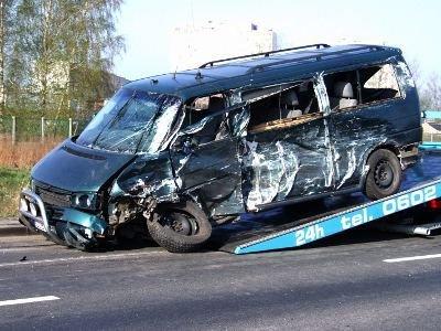 Trzy osoby, które jechały w busie, są ranne