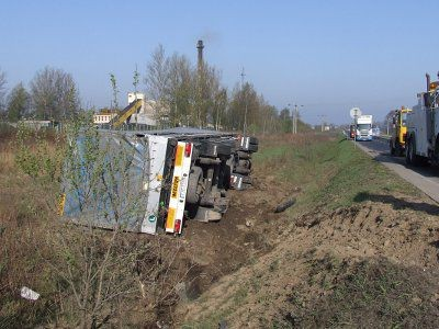 Po zderzeniu z busem Scania wypadła z drogi