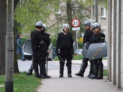 Policjanci przy ogrodzeniu stadionu