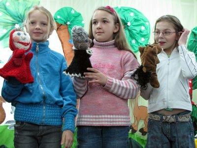 Dzieci odgrywały scenki z bajek za pomocą pacynek wykonanych przez samą autorkę