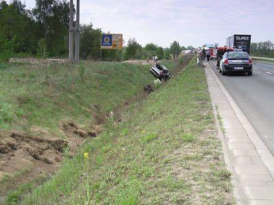 Po lewej stronie widać miejsce, gdzie uderzyło auto. Zatrzymało się kilkadziesiąt metrów dalej, gubiąc po drodze silnik.