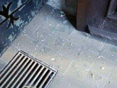 Rozbita szyba w drzwiach wejściowych świątyni