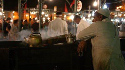 Jamaa El Fna: kucharz w barze