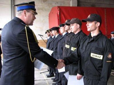 Komendant Grzegorz Kocon wręczył swoim podwładnym wyróżnienia i awanse
