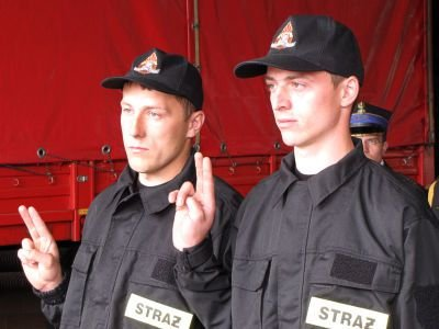 Nowi strażacy złożyli uroczyste ślubowanie. Od lewej: Dawid Mierzwa i Marcin Kowal