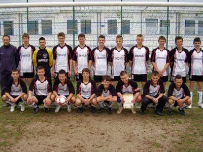 Piłkarze z Nowogrodźca zwyciężyli w półfinałowych zmaganiach grupy B Mistrzostw Strefy Jeleniogórskiej Szkół Gimnazjalnych