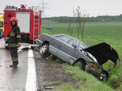 Prawidłowo jadący Mercedes po zderzeniu wpadł do rowu