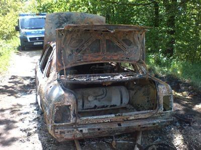 Straż pożarna sprawdziła czy wrak samochodu nie zagraża ludziom