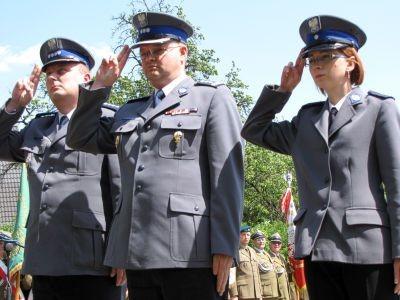 Kwiaty pod pomnikiem żołnierzy II Armii Wojska Polskiego złożyła m.in. delegacja KPP w Bolesławcu