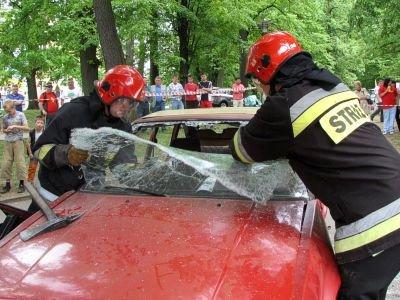 Strażacy za pomocą specjalistycznego sprzętu rozcięli Toyotę i wyciągnęli ofiary pozorowanego wypadku