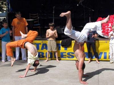 W parku miejskim można było zobaczyć pokaz capoeira