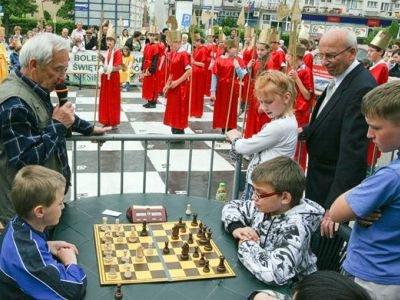 Podczas święta szachów odbyła się też symultana szachowa w plenerze