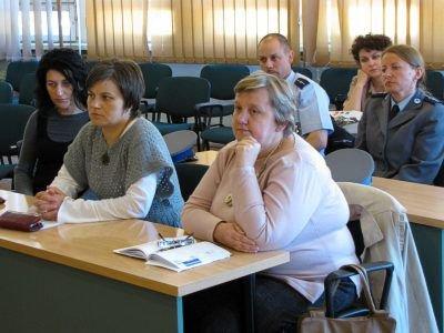 W spotkaniu uczestniczyli pedagodzy, samorządowcy i przedstawiciele organizacji działających na rzecz pomocy rodzinie