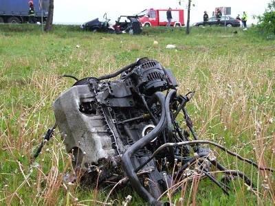 Siła uderzenia była tak duża, że silnik wyrzuciło kilkadziesiąt metrów od miejsca wypadku