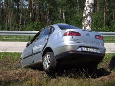 Samochód uderzył bokiem w drzewo