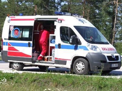 Ratownicy udzielali pomocy rannemu kierowcy w karetce